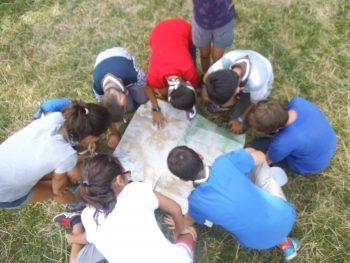 Los menores hacen de guía del grupo en su excursión