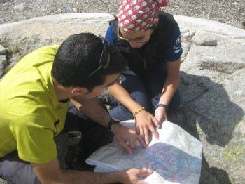 Consultando el mapa para calcular distancias, deniveles y horario